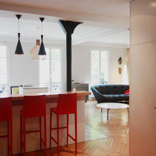 Offene, Mittelgroße Moderne Küche in L-Form mit Waschbecken, Kassettenfronten, Edelstahlfronten, Marmor-Arbeitsplatte, Küchenrückwand in Weiß, Küchengeräten aus Edelstahl, hellem Holzboden, Kücheninsel und beigem Boden in Paris