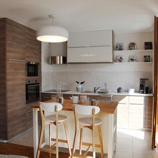 Cette image montre une cuisine ouverte design de taille moyenne avec un évier 1 bac, des portes de placard en bois brun, une crédence blanche, un sol en carrelage de céramique et un îlot central.
