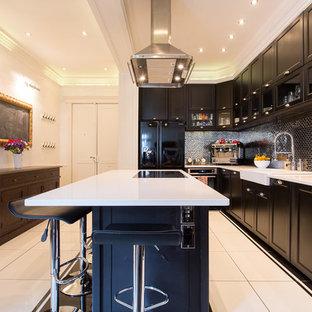 Idées déco pour une grand cuisine ouverte contemporaine en U avec des portes de placard noires et un îlot central.
