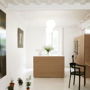 Idées déco pour une cuisine américaine parallèle contemporaine de taille moyenne avec un placard à porte plane, des portes de placard en bois clair et un îlot central.