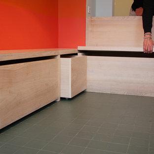 パリの中サイズのコンテンポラリースタイルのおしゃれなキッチン (アンダーカウンターシンク、フラットパネル扉のキャビネット、白いキャビネット、珪岩カウンター、白いキッチンパネル、大理石の床、パネルと同色の調理設備、セラミックタイルの床、緑の床) の写真
