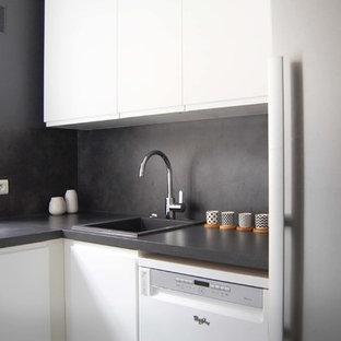 Inspiration för avskilda, mellanstora klassiska svart l-kök, med brunt stänkskydd, en nedsänkt diskho, släta luckor, vita skåp, laminatbänkskiva, stänkskydd i sten och vita vitvaror