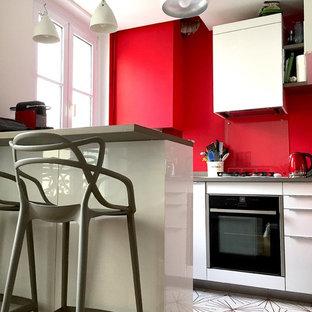 パリの小さいエクレクティックスタイルのおしゃれなキッチン (アンダーカウンターシンク、インセット扉のキャビネット、白いキャビネット、木材カウンター、ガラス板のキッチンパネル、シルバーの調理設備の、セメントタイルの床、白い床、グレーのキッチンカウンター) の写真