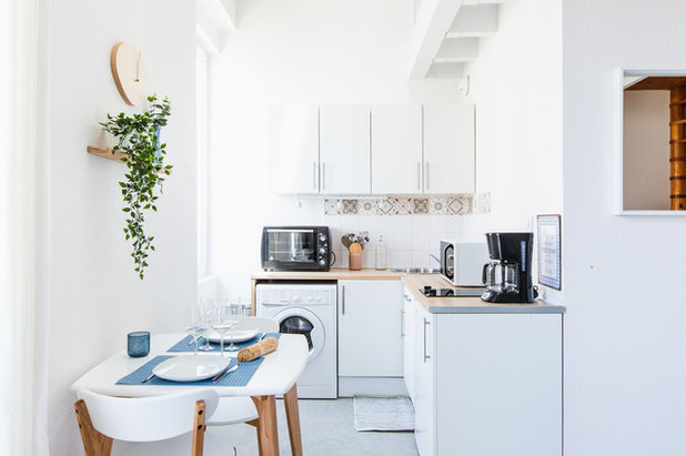 Coastal Kitchen by Jordan HERISSE - Home Staging Experts Bordeaux