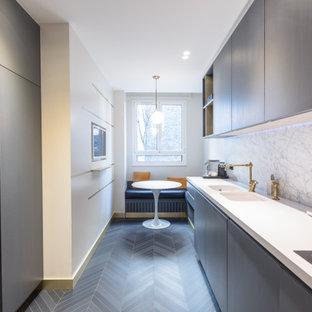 Inspiration pour une cuisine design avec un évier 2 bacs, un placard à porte plane, des portes de placard marrons, une crédence blanche, une crédence en dalle de pierre, aucun îlot, un sol gris et un plan de travail blanc.