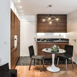 Foto di una piccola cucina contemporanea con ante lisce, ante in legno bruno, elettrodomestici in acciaio inossidabile, nessuna isola e pavimento nero