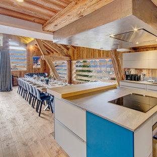 Idées déco pour une grand cuisine américaine linéaire contemporaine avec un évier encastré, un placard à porte plane, des portes de placard beiges, une crédence marron, une crédence en bois et un îlot central.