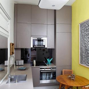 Immagine di una piccola cucina minimal con lavello a vasca singola, ante beige, elettrodomestici da incasso, pavimento con piastrelle in ceramica, nessuna isola, ante lisce e paraspruzzi grigio