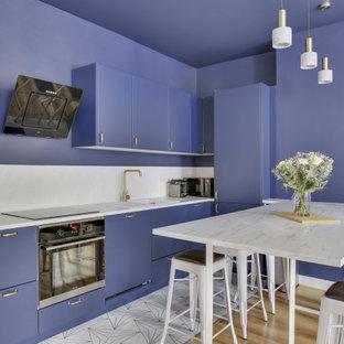 Cette image montre une cuisine design en L avec un évier posé, un placard à porte plane, des portes de placard violettes, une crédence blanche, une crédence en dalle de pierre, un électroménager en acier inoxydable, un îlot central, un sol blanc et un plan de travail blanc.