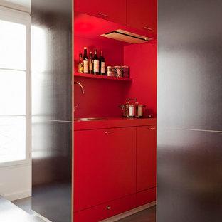 Idée de décoration pour une petit cuisine parallèle design fermée avec des portes de placard rouges et aucun îlot.