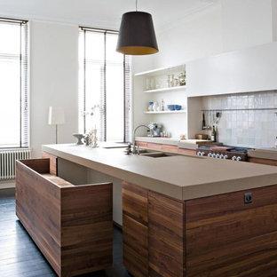 Inredning av ett modernt beige beige kök, med en dubbel diskho, öppna hyllor, vita skåp, vitt stänkskydd, mörkt trägolv och en köksö