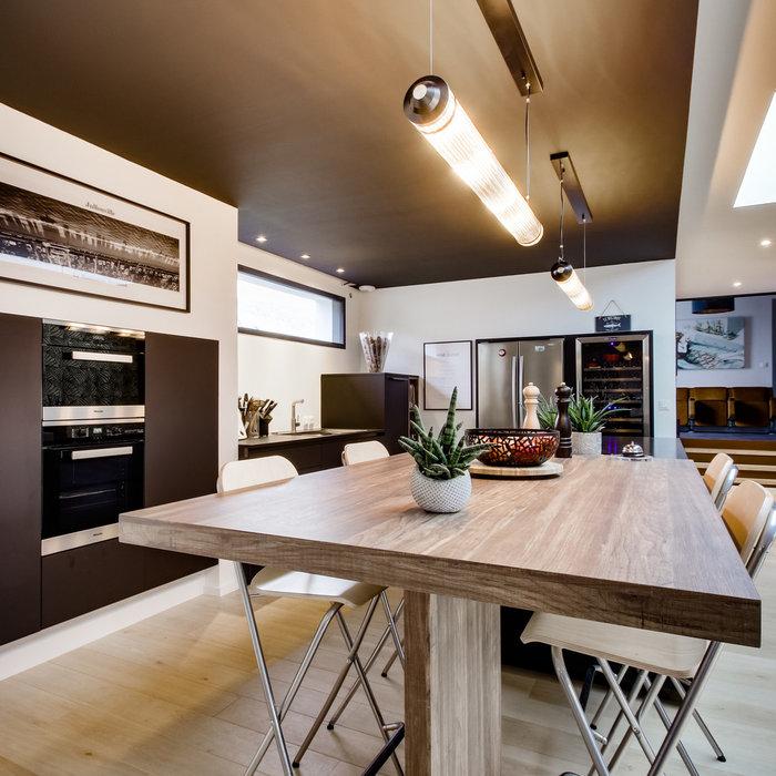 Création d'une cuisine chic noir et bois