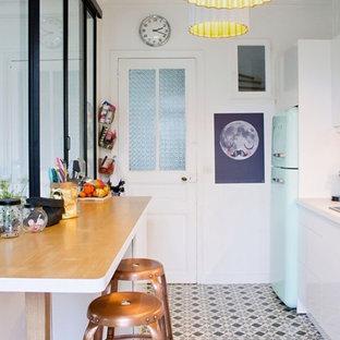 Exemple d'une petite cuisine américaine parallèle scandinave avec un électroménager de couleur.