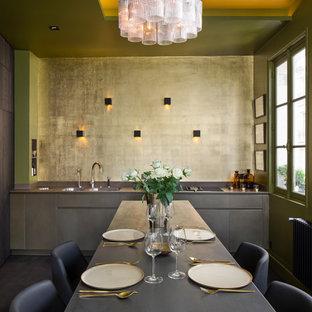 Aménagement d'une grande cuisine contemporaine avec un évier 2 bacs, un placard à porte plane, des portes de placard grises, une crédence métallisée, un sol en bois foncé, un sol marron et un plan de travail gris.