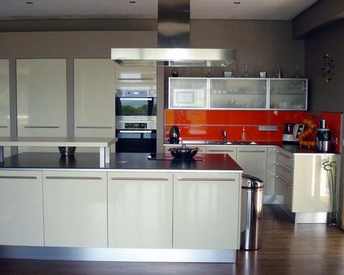 Küchen mit Küchenrückwand in Orange und Laminat-Arbeitsplatte ...