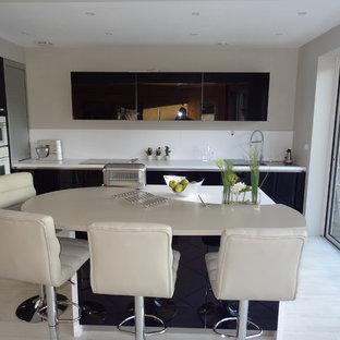 Offene, Mittelgroße Moderne Küche in L-Form mit Glasfronten, lila Schränken, Küchenrückwand in Weiß und Kücheninsel in Toulouse