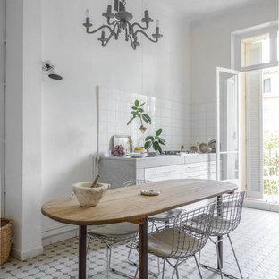 Inspiration pour une grand cuisine américaine linéaire méditerranéenne avec des portes de placard blanches, une crédence blanche, une crédence en carreau de céramique et aucun îlot.
