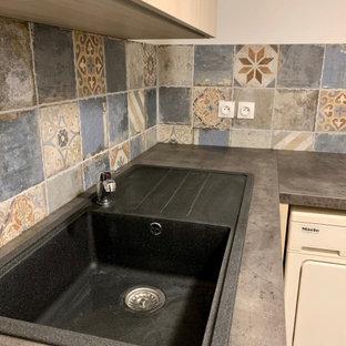 Cette photo montre une cuisine ouverte bord de mer en L de taille moyenne avec un évier encastré, un électroménager noir, aucun îlot, un plan de travail gris et un plafond en papier peint.