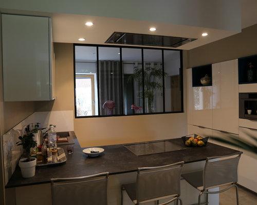 cuisine avec hotte verri re l 39 ancienne. Black Bedroom Furniture Sets. Home Design Ideas