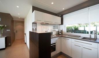 Cuisine avec lave-vaisselle et réfrigérateur en hauteur