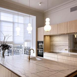 パリの広いコンテンポラリースタイルのおしゃれなキッチン (シングルシンク、インセット扉のキャビネット、淡色木目調キャビネット、大理石カウンター、白いキッチンパネル、大理石のキッチンパネル、黒い調理設備、淡色無垢フローリング、白いキッチンカウンター) の写真