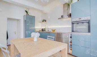 Cuisine bleu et parquet clair