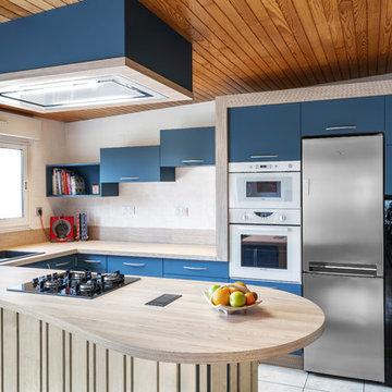 Cuisine bleu pétrole et bois frêne aux formes cintrées