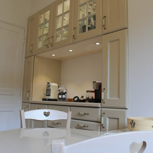ニースの中サイズのトラディショナルスタイルのおしゃれなキッチン (ダブルシンク、タイルカウンター、マルチカラーのキッチンパネル、セラミックタイルのキッチンパネル、シルバーの調理設備の、テラコッタタイルの床、アイランドなし、赤い床) の写真