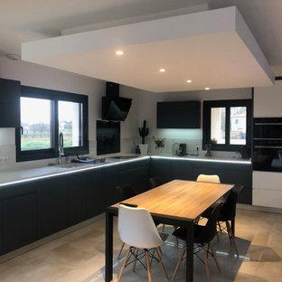 Idéer för stora funkis vitt kök med öppen planlösning, med en integrerad diskho, vitt stänkskydd, stänkskydd i keramik, integrerade vitvaror och klinkergolv i keramik
