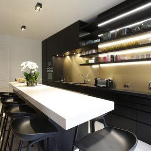 Cette photo montre une cuisine américaine linéaire tendance de taille moyenne avec un évier 1 bac, un placard sans porte, des portes de placard noires, un électroménager noir et un îlot central.