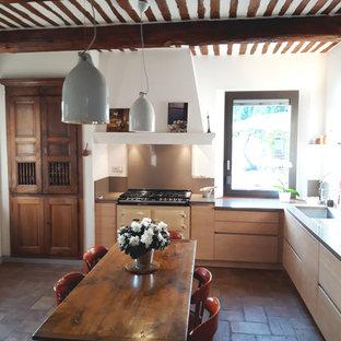 マルセイユの大きいコンテンポラリースタイルのおしゃれなキッチン (一体型シンク、フラットパネル扉のキャビネット、淡色木目調キャビネット、珪岩カウンター、グレーのキッチンパネル、石スラブのキッチンパネル、カラー調理設備、テラコッタタイルの床、アイランドなし、赤い床、グレーのキッチンカウンター) の写真