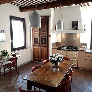 マルセイユの広いコンテンポラリースタイルのおしゃれなキッチン (一体型シンク、フラットパネル扉のキャビネット、淡色木目調キャビネット、珪岩カウンター、グレーのキッチンパネル、石スラブのキッチンパネル、カラー調理設備、テラコッタタイルの床、赤い床、グレーのキッチンカウンター) の写真