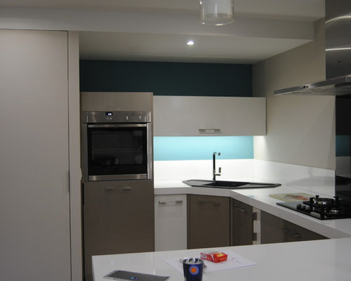 cuisine contemporaine et mur de pierres. Black Bedroom Furniture Sets. Home Design Ideas