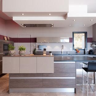 Cette photo montre une cuisine ouverte tendance en L de taille moyenne avec un îlot central, des portes de placard marrons, un plan de travail en granite, une crédence marron, un électroménager en acier inoxydable et un placard à porte plane.