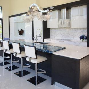 Exemple d'une très grande cuisine ouverte parallèle tendance avec un évier encastré, un placard sans porte, des portes de placard blanches, un plan de travail en quartz, une crédence blanche, une crédence en carreau de verre, un électroménager blanc et un îlot central.