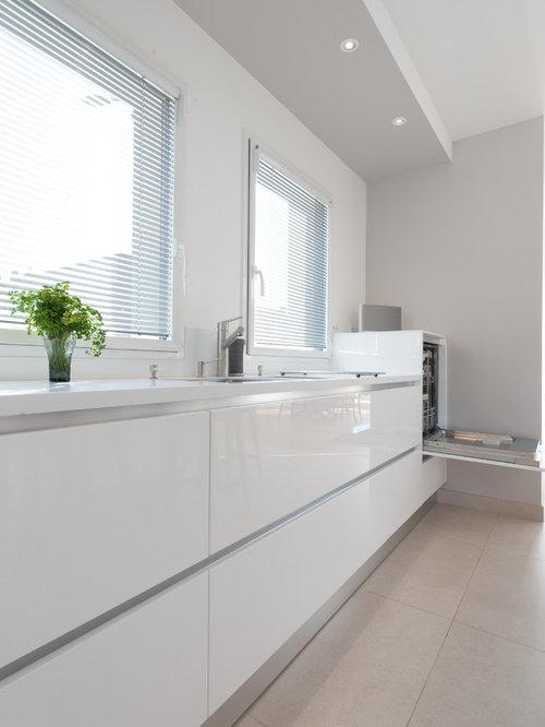 Cuisine moderne avec un placard porte affleurante for Cuisine 12m2 avec ilot central