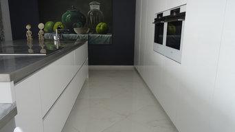 Cuisine design grand ilot central laqué blanc brillant et plan inox et marbre
