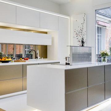 Cuisine design ouverte dans un appartement Haussmannien
