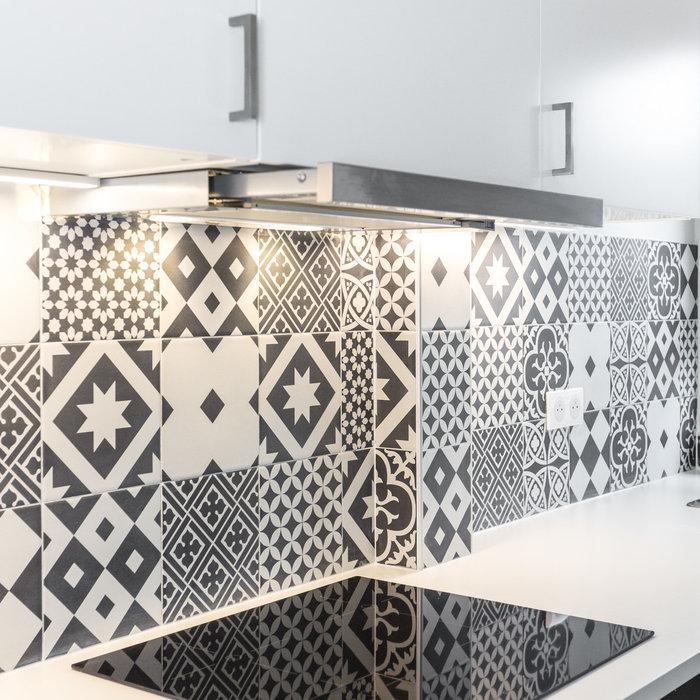 relooking d'une cuisine  en noir et blanc