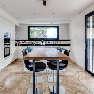 Cette image montre une cuisine américaine design en L de taille moyenne avec des portes de placard blanches, une crédence blanche, un sol en carrelage de céramique et aucun îlot.