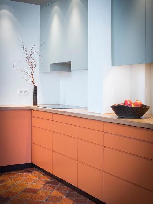Cuisine budget lev avec des portes de placard oranges for Cuisine exterieure fermee