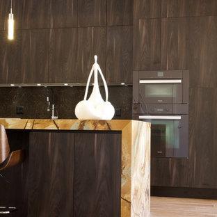 Offene, Zweizeilige, Mittelgroße Moderne Küche mit Unterbauwaschbecken, Kassettenfronten, braunen Schränken, Quarzit-Arbeitsplatte, Küchenrückwand in Braun, Elektrogeräten mit Frontblende, hellem Holzboden und Kücheninsel in Paris
