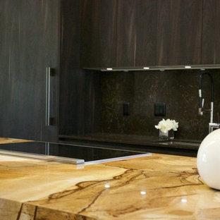 Ispirazione per una cucina contemporanea di medie dimensioni con lavello sottopiano, ante a filo, ante marroni, top in quarzite, paraspruzzi marrone, elettrodomestici da incasso, parquet chiaro e isola