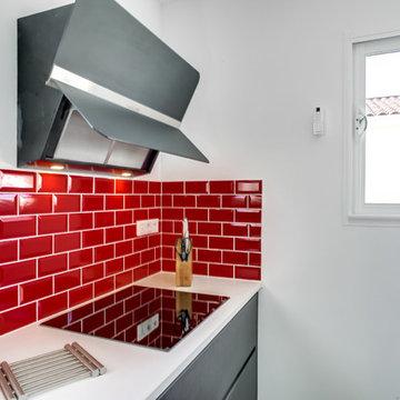 Cuisine Grise,plan de travail blanc, carreau métro rouge et dressing