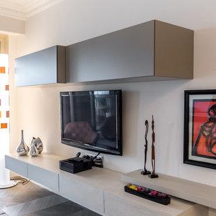 Foto di una grande cucina moderna con lavello integrato, nessun'anta, ante marroni, top in quarzite, paraspruzzi bianco, elettrodomestici da incasso e isola