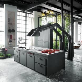 Cette photo montre une grande cuisine ouverte linéaire tendance avec des portes de placard noires et un îlot central.