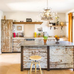 他の地域の中サイズのエクレクティックスタイルのおしゃれなキッチン (ヴィンテージ仕上げキャビネット、ドロップインシンク、インセット扉のキャビネット、ライムストーンカウンター、ベージュキッチンパネル、ライムストーンの床、シルバーの調理設備の、ライムストーンの床、ベージュの床、ベージュのキッチンカウンター) の写真