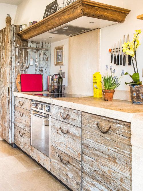Cuisine avec des portes de placard en bois vieilli for Amenagement cuisine provencale