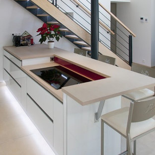 Inspiration för mellanstora moderna kök, med en enkel diskho, luckor med profilerade fronter, vita skåp, kaklad bänkskiva, glaspanel som stänkskydd och rostfria vitvaror
