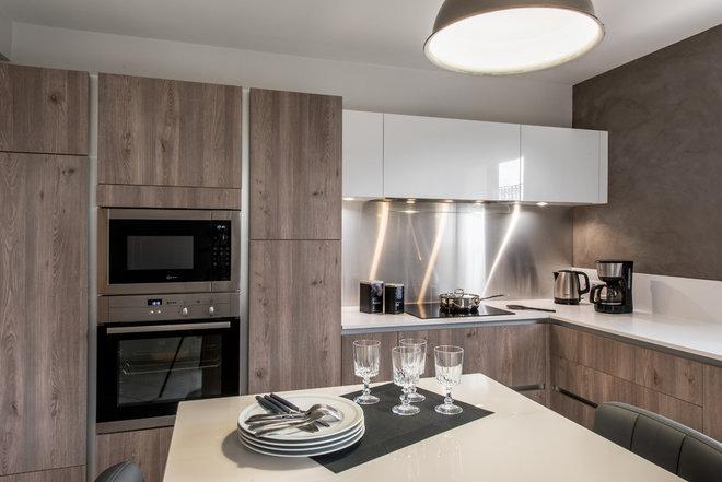 Modern Kitchen by Cuisines Raison Nouren Agencement